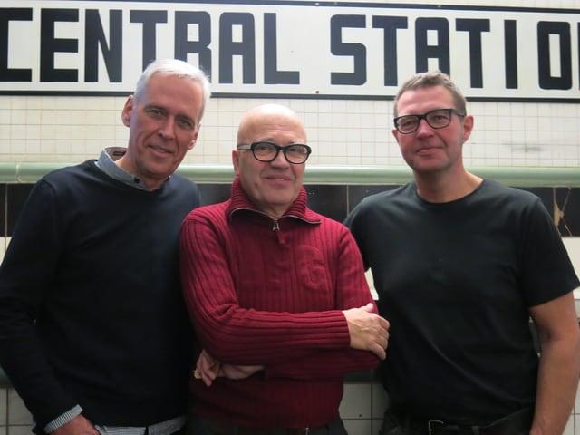 Die drei Männer posieren unter der Schrift Central Station.