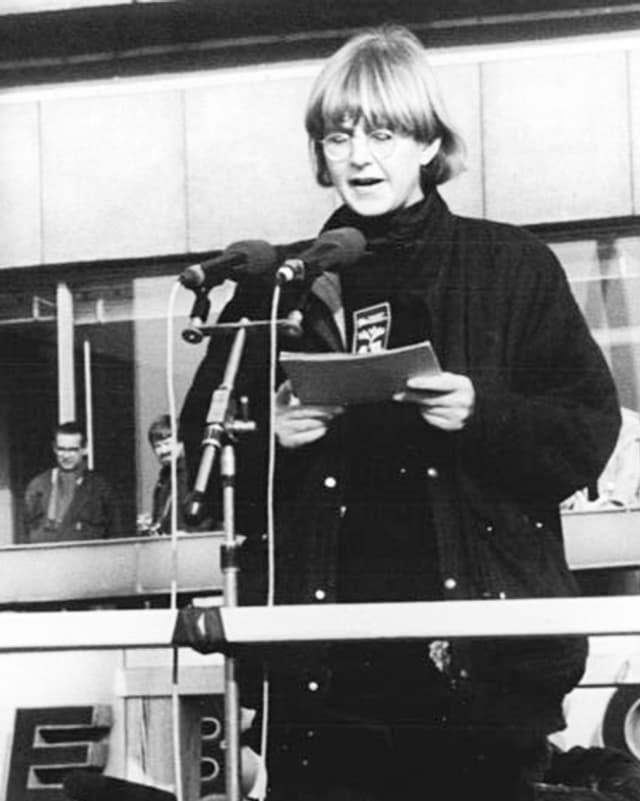 Marianne Birthler steht am Mikrofon.