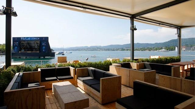 Das Floss mit Sitzgelegenheiten, das an der Euro 08 beim Bellvue im See schwamm.