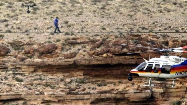 Seilläufer mit Helikopter.
