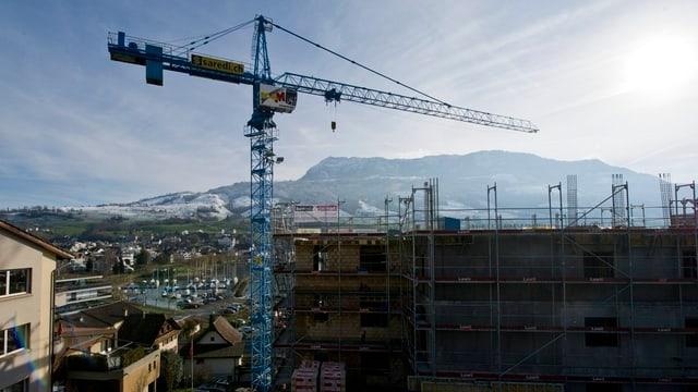 Ein Kran auf einem Bauplatz in Küssnacht.