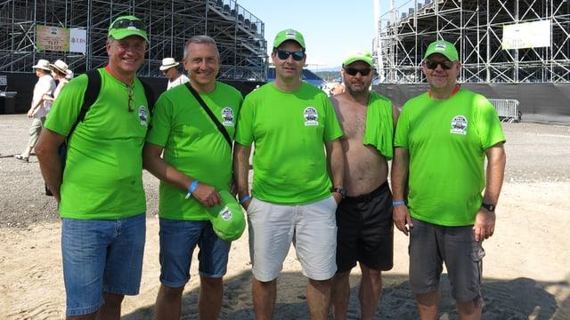 Fünf Männer stehen vor der Arena.