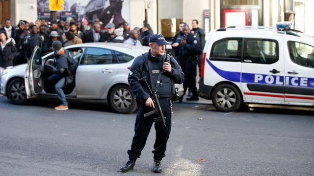 Personen und Polizisten in einer Strasse