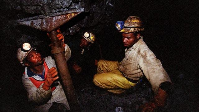 Minenarbeiter stützen einen Schacht ab