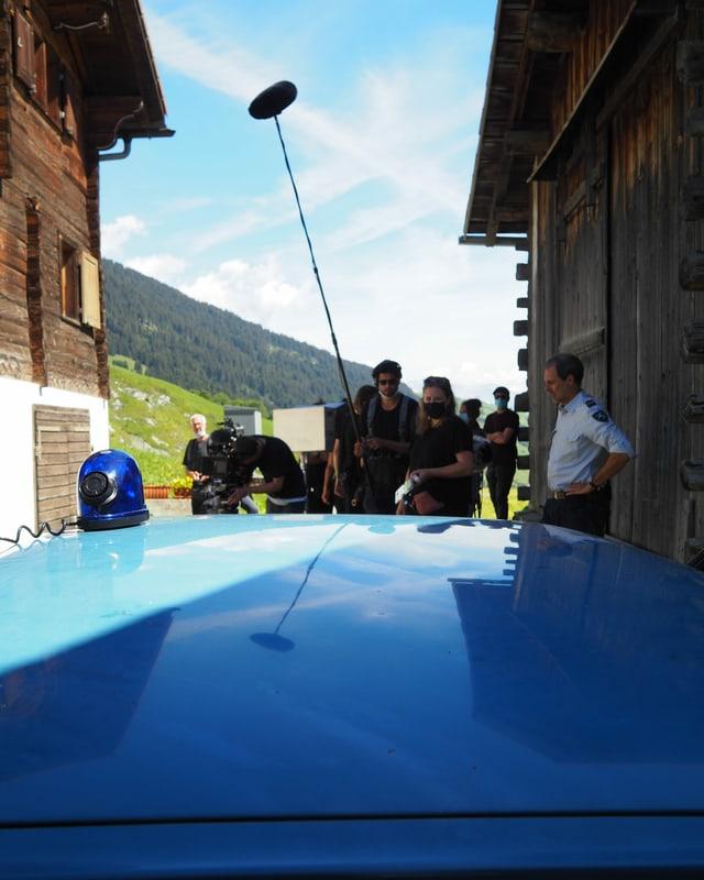 La crew ed igl auto da polizia.
