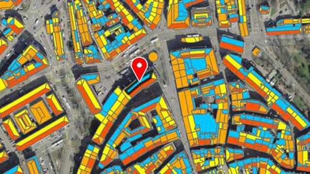 Die Farben blau, orange, gelb zeigen an, wie geeignet ein Dach ist für eine Solaranlage.