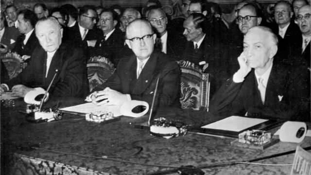 Der deutsche Bundeskanzler Konrad Adenauer und der italienische Ministerpräsident Antonio Segni bei Unterzeichnung der Römischen Verträge