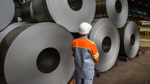 Stahlrollen in einer Fabrik.