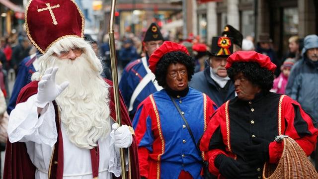 Sinterklaas mit weissem Bart und zwei swarte Pietjen