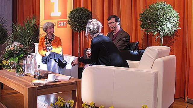 Priska Sieber (links) und Jürg Bregenzer sitzen auf der Bühne im Gespräch mit «Persönlich»-Gastgeberin Anita Richner.