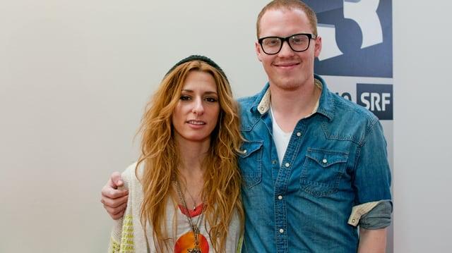 Zierlich und sympatisch: Die 32-jährige Singer-Songwriterin Kendra Morris mit SRF 3 Musikredaktor Dominique Iten.