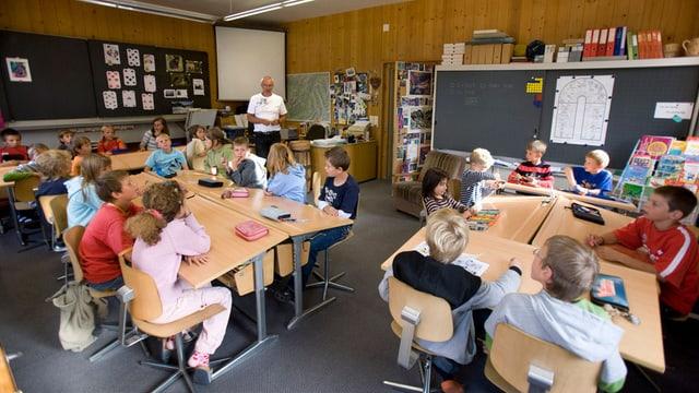 Schüler und Lehrer während dem Unterricht.