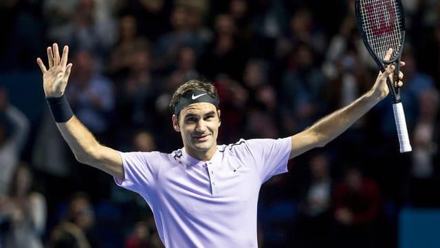 Roger Federer gioga la balla en direcziun final.