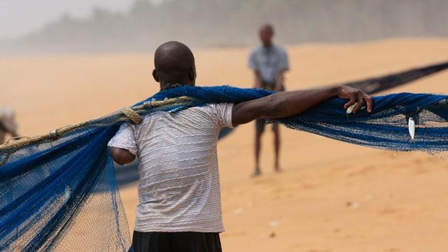 Ein Mann mit einem Fischernetz.