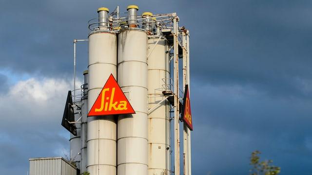 Sika-Logo an Silos im Werk Düdingen