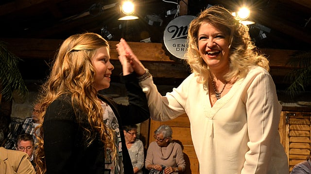 Alexandra Hürner mit Sängerin Monique auf der «Samschtig-Jass»-Bühne.