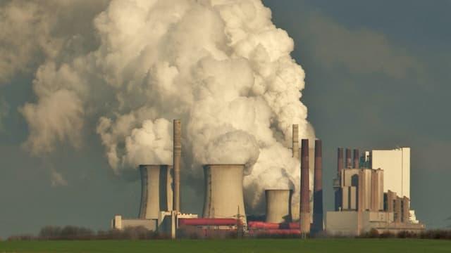 Ein Kohlekraftwerk stösst Rauch aus.