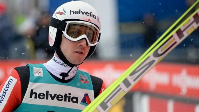 Simon Ammann mit Skis.