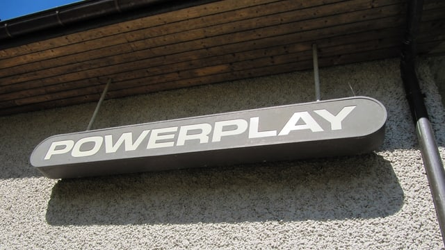 Das Firmenschild des Powerplay-Studios in Maur