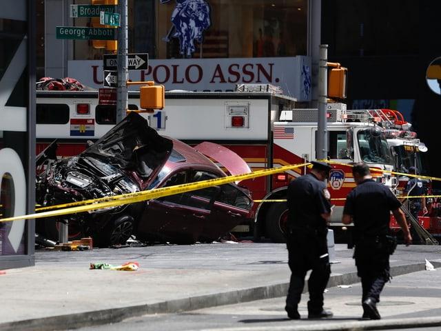 Polizisten sichern die Unfallstelle.