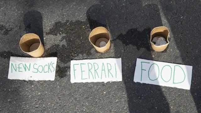Die Becher sind mit «Neue Socken», «Ferrari» und «Essen» angeschrieben.