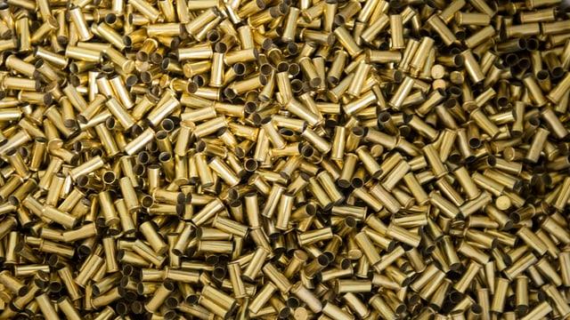 Leere Pistolen-Patronen in einem Kübel an einem Feldschiessen.