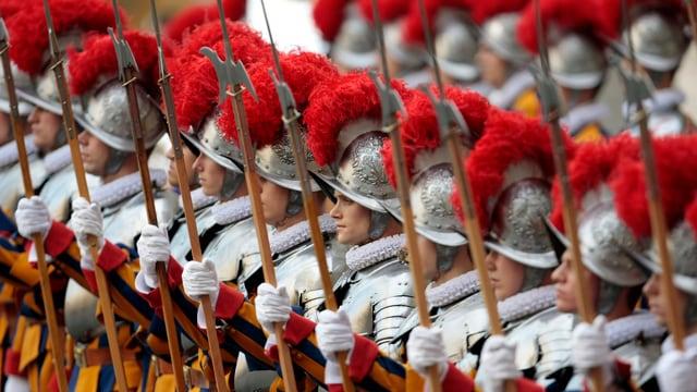Mitglieder der Schweizergarde treten in Reih und Glied im Vatikan an.
