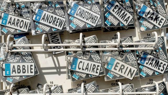 Schilder mit Namen in einem Touristenladen in UK.