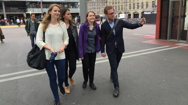 Gruppe von vier Studenten filmt sich selbst.