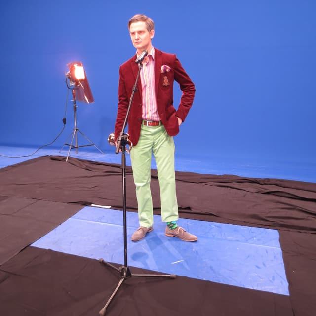 Fabian Unteregger als Rainer Maria Salzgeber und Trompete im Studio.