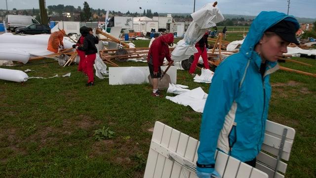 Aufräumarbeiten nach dem Gewittersturm in Ipsach am Eidg. Turnfest.