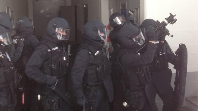 Polizisten mit Helmen