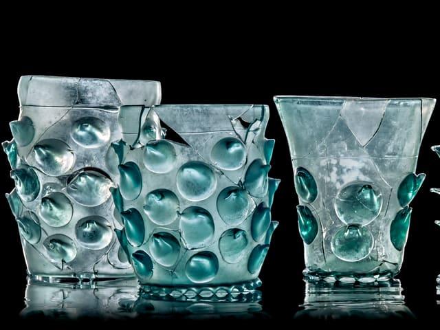 Gläser mit hellgrünblauen Verzierungen.