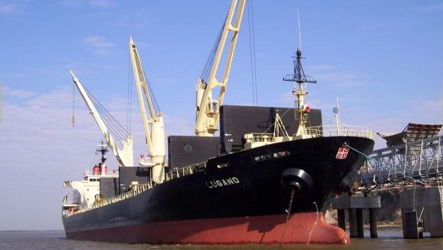 Das Frachtschiff Lugano in einem argentinischen Hafen.