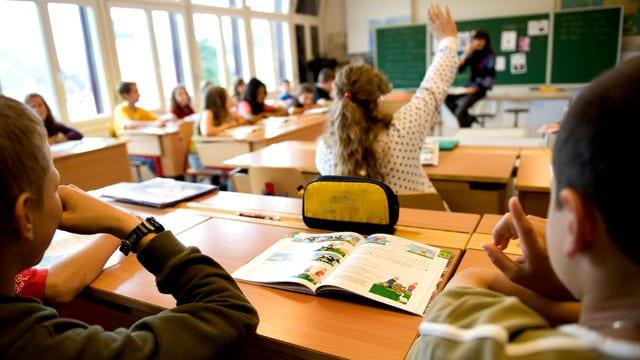 Schüler sitzen im Klassenzimmer