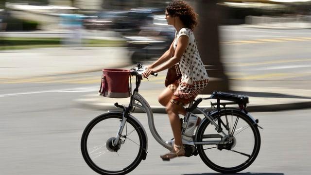 Eine Frau fährt auf einem E-Bike