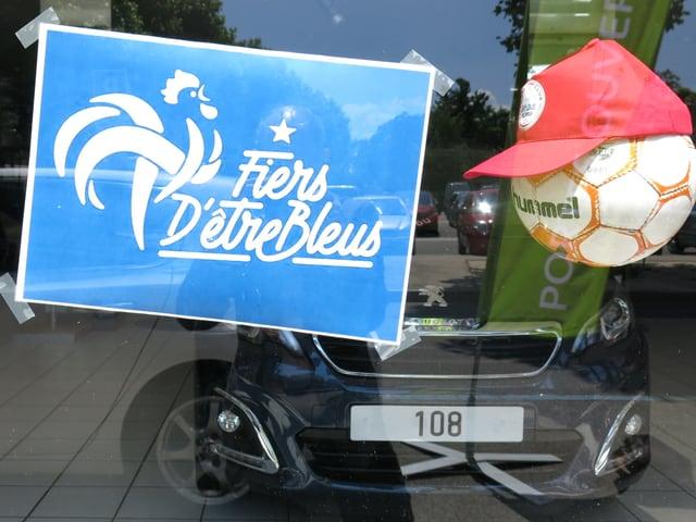 Das Schild Fiers d'être bleus in einem Schaufenster in St. Louis