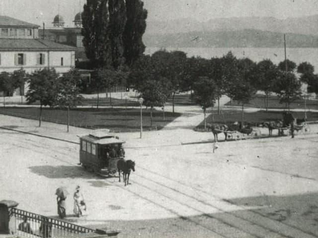 Ein Pferd zieht einen Tramwagen entlang des Sechseläutenplatzes