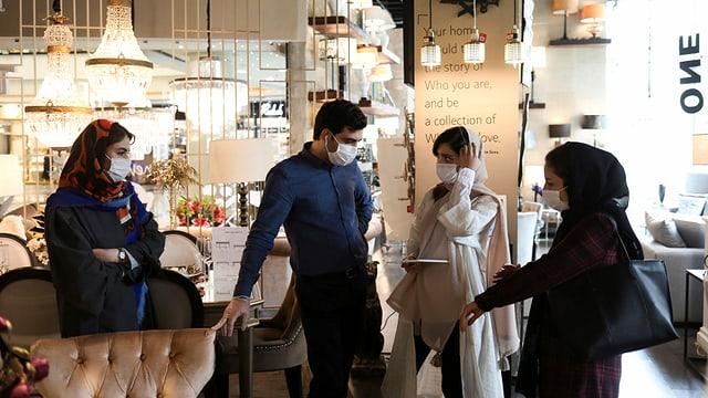 Kunden in einem Geschäft, das nach dem Lockdown wiedereröffnet hat (Teheran, 20. April 2020)