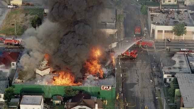 Eiin Strassenblock in Flammen, Feuerwehrwagen