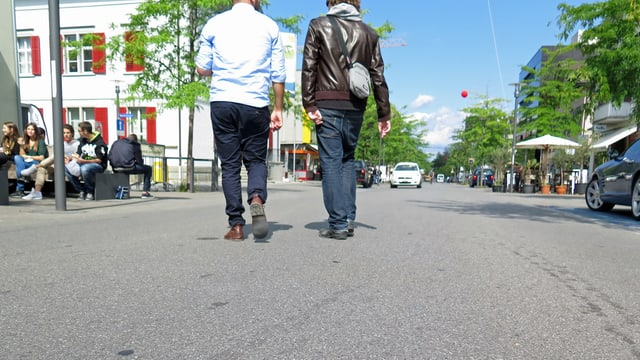 Zwei Männer gehen über eine Strasse in Kreuzlingen