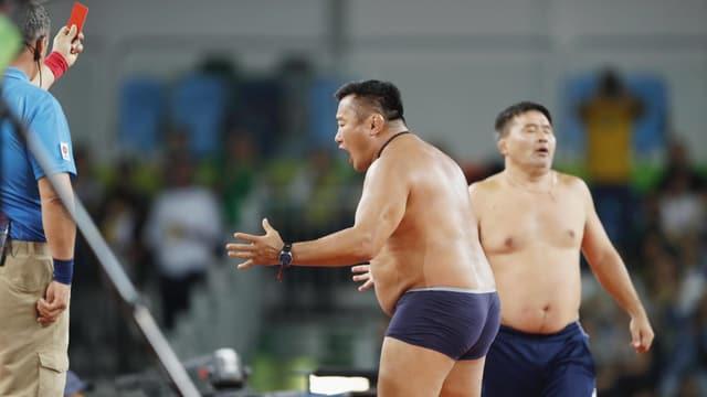Die mongolischen Trainer fast nackt beim Ring