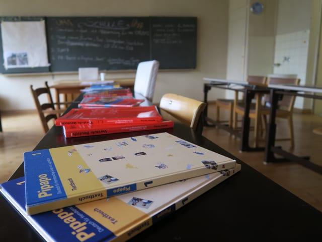 Schulzimmer mit Büchern auf den Tischen.