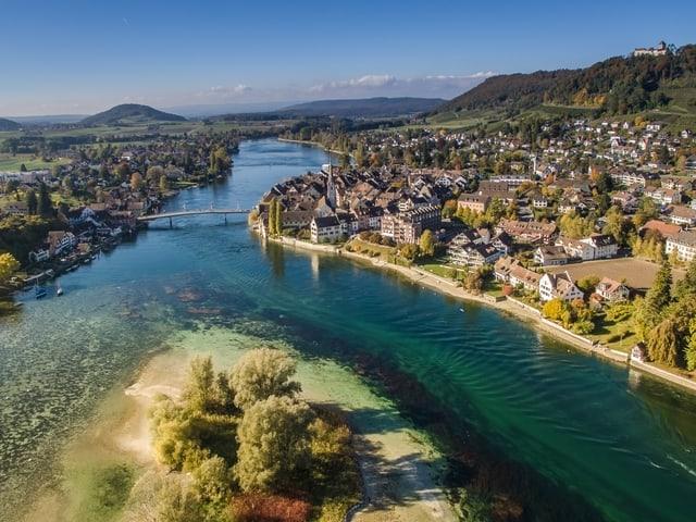 Rechts ein Dorf, in der Mitte fliesst der Rhein.