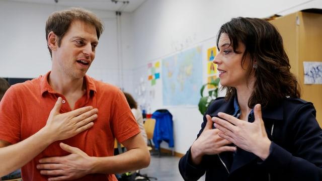 Mona Vetsch übt die Gebärdensprache mit dem Gebärdensprachlehrer Emanuel Nay