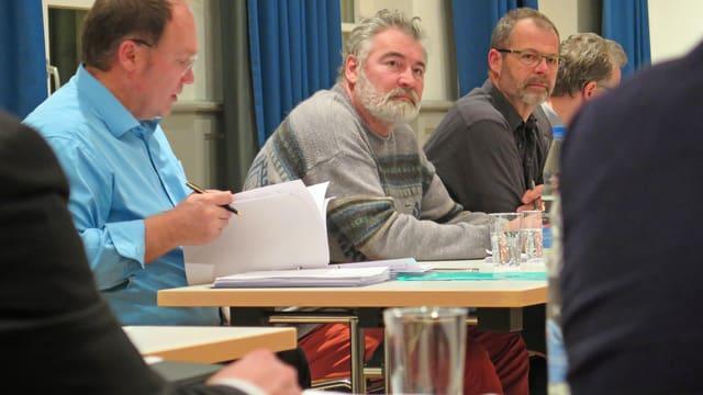 Blick auf Männer an einem Tisch im Ratssaal