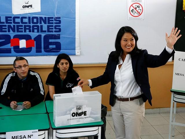 Fujimoris  wirft einen Wahlzettel in die Urne