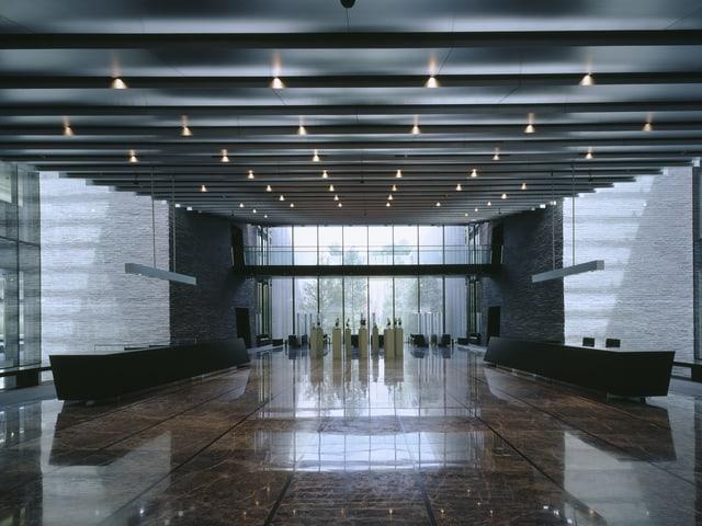 Üppige Einganshalle eines Gebäudes mit Marmorboden.