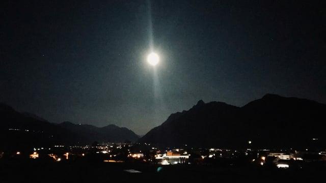 Das Becken von Schwyz in der klaren Mondnacht.