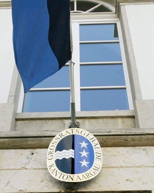 Wappen und Fahne über dem Eingang des Grossratssaals in Aarau.
